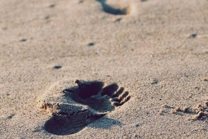 footprints-336650_1280